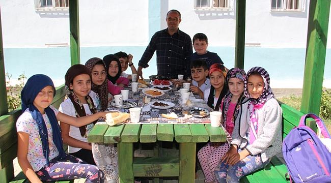 Dinar Mevlana Camiinde Öğrencilere Piknik