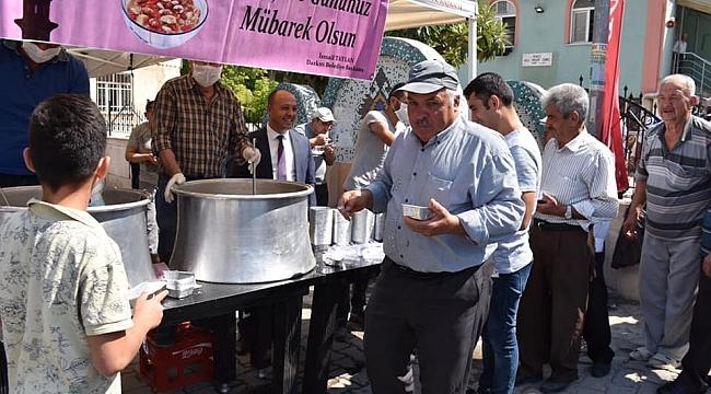Başkan İsmail Taylan Halka Aşure ikram etti