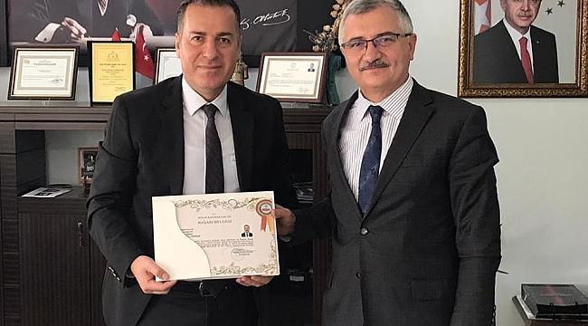 Kaymakam Kapankaya, Müftü Şahin Yaşar'a Veda Ziyaretinde Başarı Belgesi Verdi.