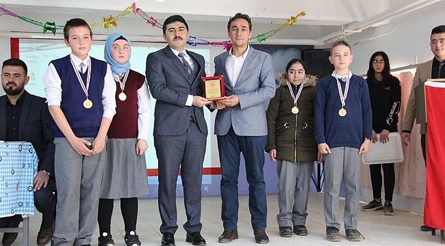 Yarışmalarda Birinci Olan Öğrencileri, Kaymakam Ödüllendirdi