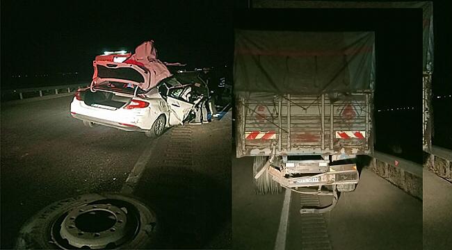 Dinar'da Otomobil Kamyona Arkadan Çarptı: Ağır Yaralandı